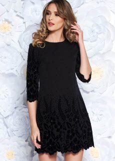 rochie-neagra-eleganta-cu-aplicatii-din-perle-si-croi-din-stofa